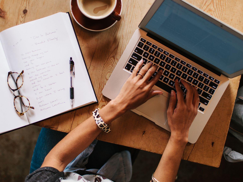 에세이쓰기_Stocksy_woman-writing-laptop_476082-57ab432d3df78cf459975331.jpg